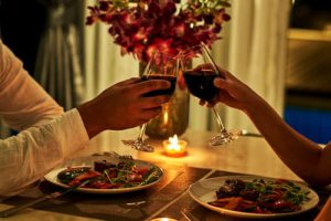 Romantiška vakarienė: gardūs patiekalai, romas ir kt.